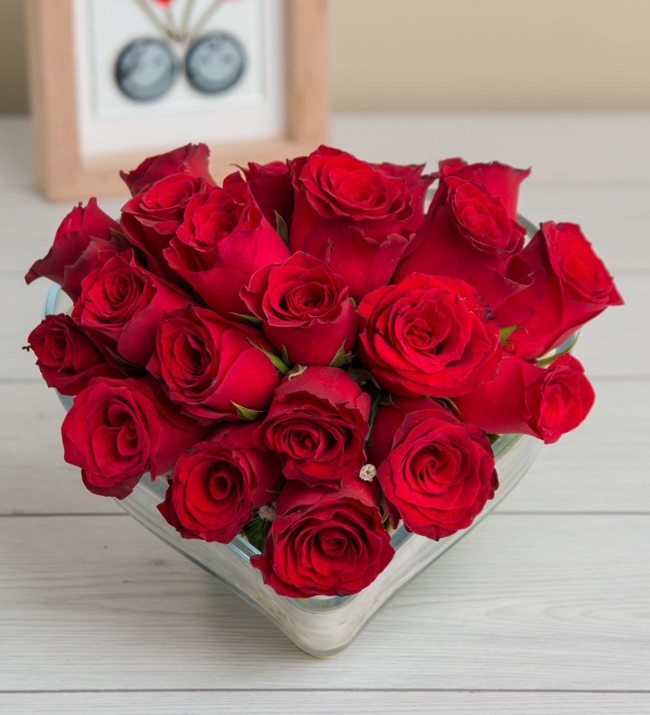 21 Kırmızı Gül Kalp Fanusta