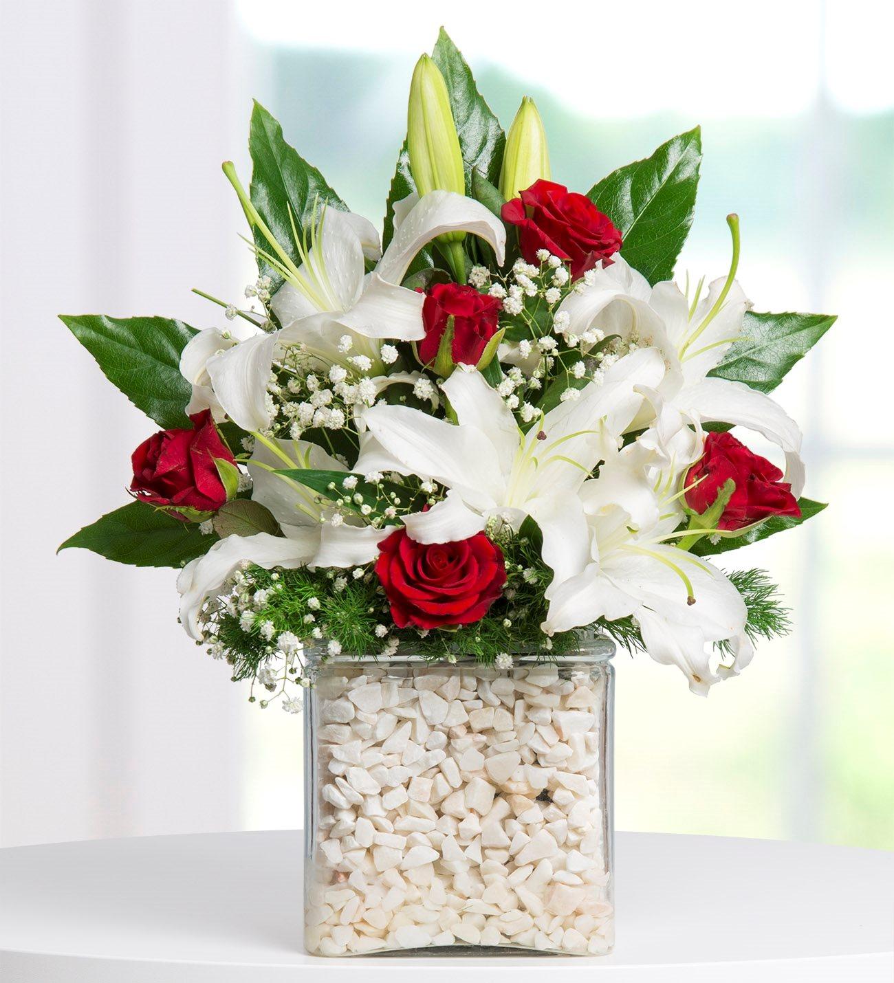 Lilyum ve Kırmızı Güller Kare Vazoda